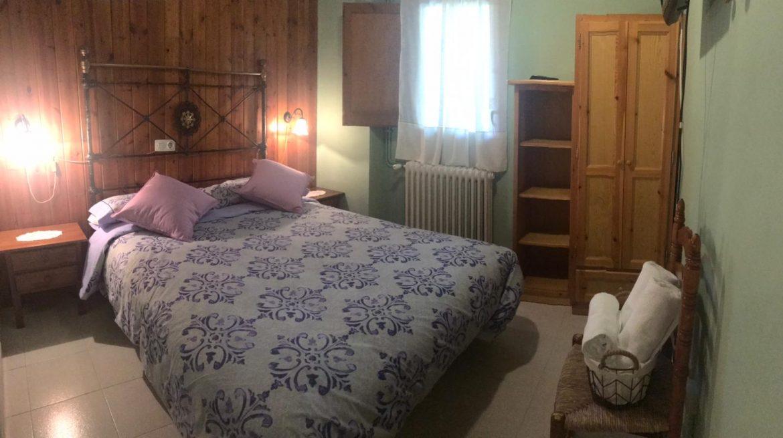 Habitació amb llit de matrimoni a Cal Farragetes (esmorzar inclòs)