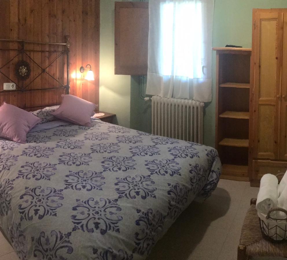 Habitació llit matrimoni a Cal Farragetes
